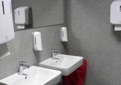 Überarbeitung einer gefliesten Toilettenanlage mit Flockbeschichtung